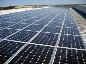 Impianto fotovoltaico tetto azienda con alti consumi energetici